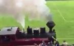 Un train traverse le stade en plein match