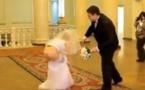 Vidéo:Cette mariée perd sa robe en public… Regardez