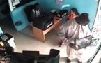Vidéo - Filmé par une camera de surveillance, il vole un ordinateur qu'il cache dans son pantalon