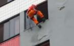 Un pompier sauve une personne au bord du suicide d'une manière très spectaculaire