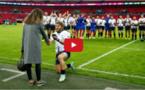 Il fait sa demande en mariage en public, juste avant un match officiel de rugby (Vidéo)