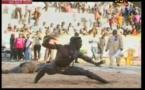 Vidéo: Du jamais vu, un lutteur karatéka met ko son adversaire