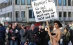 Une artiste manifeste nue contre les agressions commises à Cologne
