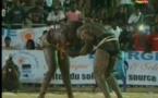 Vidéo- Feu Rouge bat Modou Awa Tine. Regardez