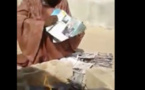Un homme en colère brûle des magazines de Jeune Afrique