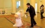 Vidéo: Cette mariée perd sa robe en public… Regardez