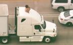 VIDEO - Elle danse nue sur un camion et bloque la circulation