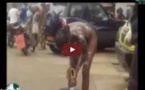 VIDEO CHOC: Cette femme prend sa douche au milieu de la chaussée, sous l'étonnement des passants . . . .