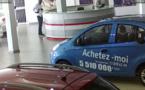 Incroyable: Un homme filmé en train de voler dans le salon d'Espace Auto de Dakar(Regarder)