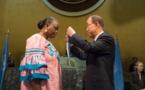 """Ban Ki Moon remet la """"Médaille Capitaine Mbaye Diagne pour courage exceptionnel"""" à l'épouse du militaire sénégalais"""