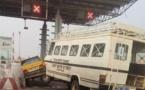 Accident au poste de péage: Un car « Ndiaga Ndiaye » heurte violemment un taxi