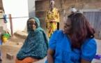 Voici la photo-symbole de Marième Faye à Pikine, assise à même le sol devant ses hôtes médusés