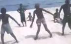 Vidéo: Trois(3) Jeunes danseurs sénégalais très talentueux qui se défoulent au bord de la plage …Regardez
