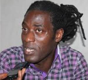 MAME GOR DIAZAKA CLASHE LA SEN TV ET LA TFM: « Arrêtez votre guéguerre, il n'y a pas que Waly et Pape Diouf comme artistes au Sénégal »Sur un autre registre, Mame Gor Diazaka est revenu sur la guéguerre entre la TFm et la Sen Tv qui ne favorisent que