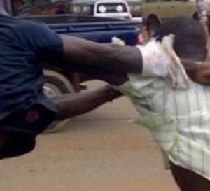 Guédiawaye: Un garçon de 20 ans assène plusieurs coups de couteau à son père