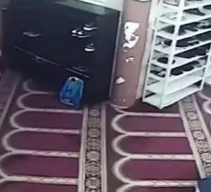 Incroyable : Regardez comment cet homme vole des chaussures dans une mosquée…
