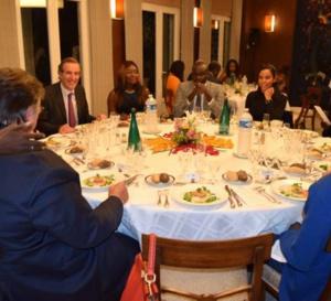 Vidéo – Youssou Ndour, Bouba Ndour, Matar seck, Léa Soukeyna et Coumba Gawlo Seck mangent à une …