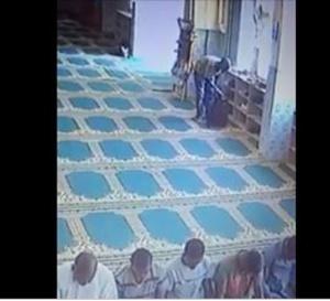Vidéo: Mosquée Sacré cœur 3 : cet homme filmé en train de voler des chaussures des fidèles en pleine prière !
