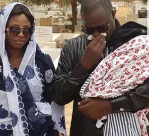 PHOTOS - Cheikh Gadiaga se recueille en prière sur la tombe de Serigne Saliou Amar, fils de Cheikh Amar