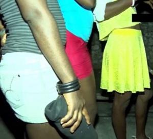 Prostitution à l'île de Ngor : les habitants se défoulent sur les … Regardez