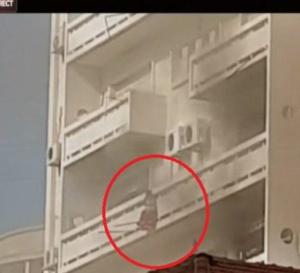 VIDEO - Urgent Dakar: Un immeuble prend feu, Un enfant essaie de…