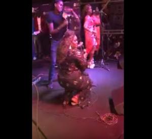 VIDEO – Le leumbeul sensuel de Ngoné Ndiaye Guéweul au concert de GuiGui