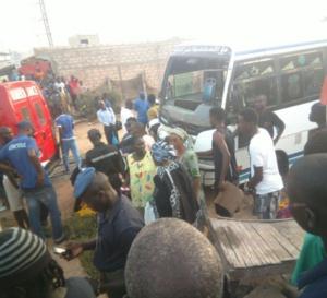 """Photos: Un mort et plusieurs blessés graves, dans un accident entre un train et un bus """"tata"""" à Fass Mbao"""
