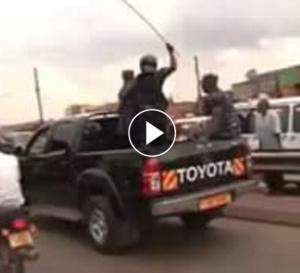 Ouganda: quand le convoi d'un homme politique passe… regardez!!!
