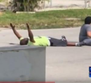 USA: Charles vient récupérer un jeune autiste dans la rue… et se fait tirer dessus par la police (vidéo)