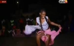 Elle danse jusqu'à perdre son pagne et dévoile tout sans gêne. Regardez