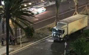 Vidéo – ATTAQUE TERRORISTE EN DIRECT: un camion fonce dans la foule à Nice, une « soixantaine de morts », le chauffeur abattu