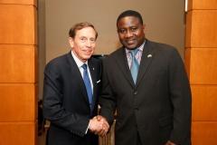Alassane Sock et l'ancien Général des forces armées Américaines, David Petraeus. La qualité des hommes et femmes Sénégalais ne fait plus de doute.